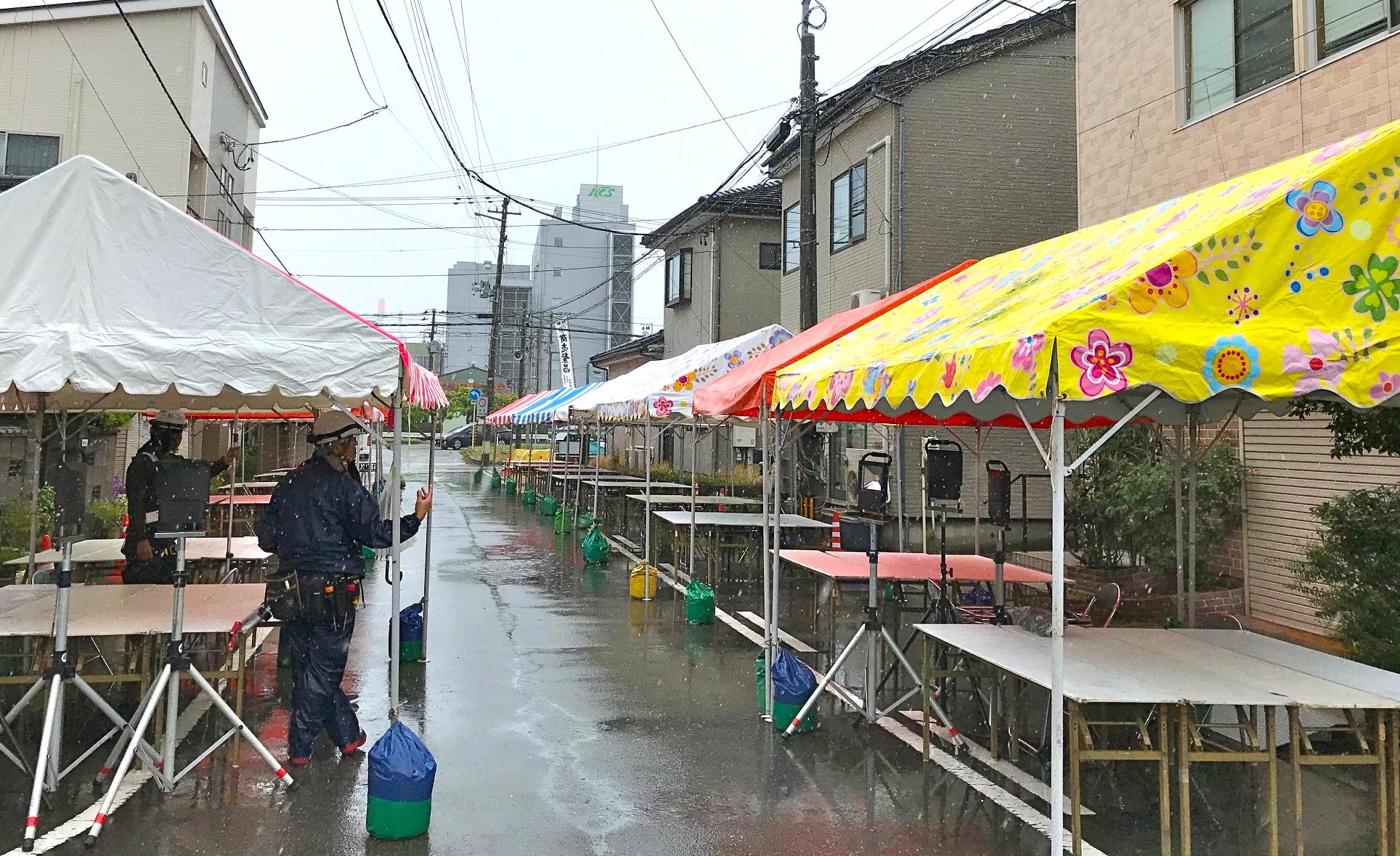お祭り会場のテント設営